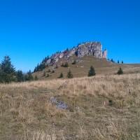 Príroda pri prameni Kráľova studňa, v pozadí Kráľova skala